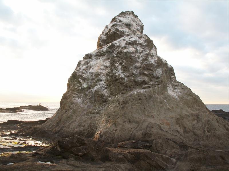 陸側から見た烏帽子岩
