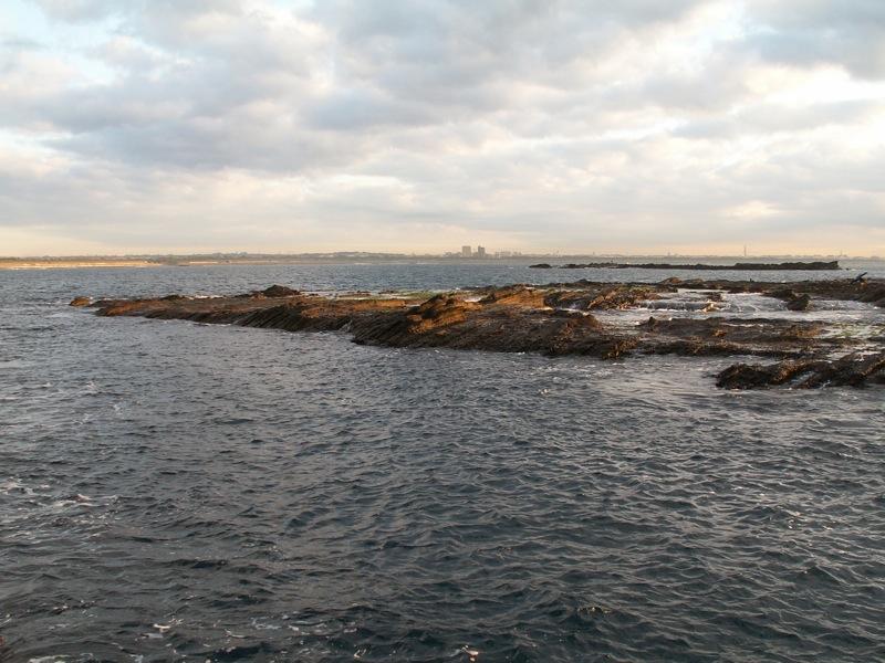 烏帽子岩から大平島、屋之棟島を見る