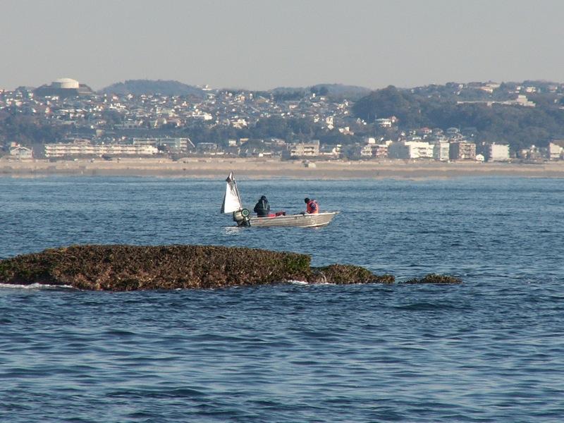 ミニボートの釣り人
