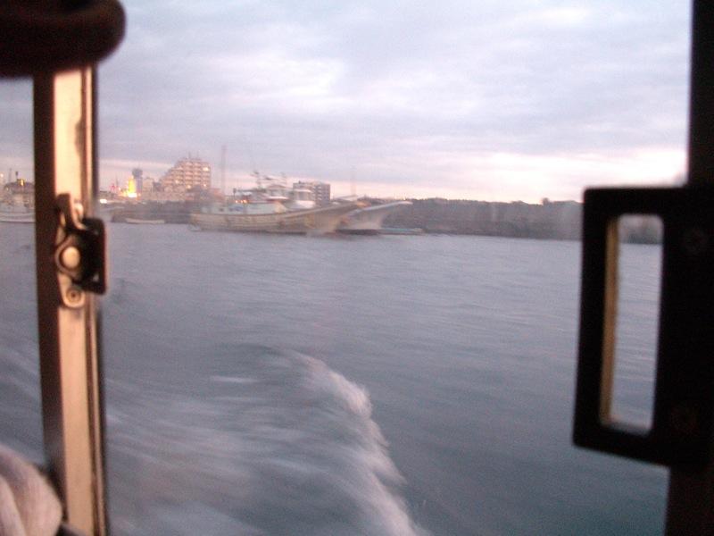 漁港を進む渡船