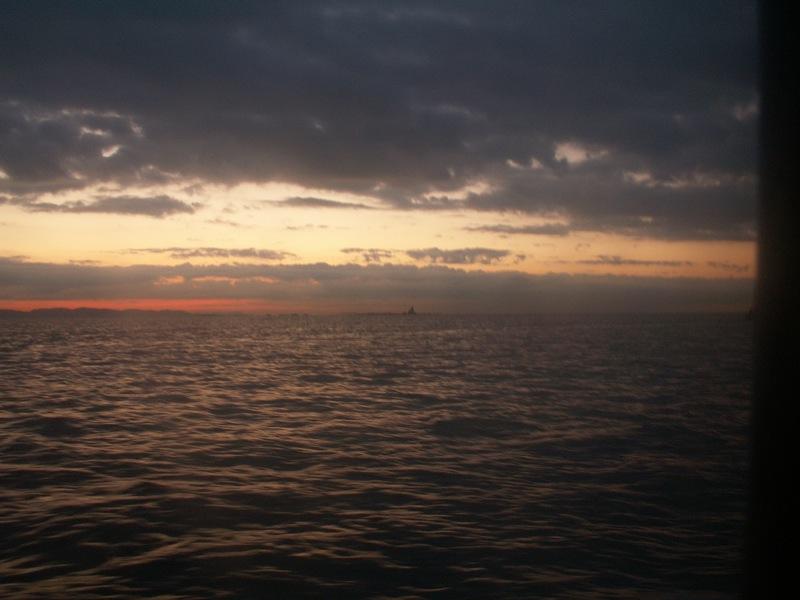 夜明けを迎える烏帽子岩をめざす