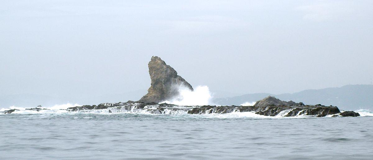 台風接近のため烏帽子岩周辺海域も波が高い