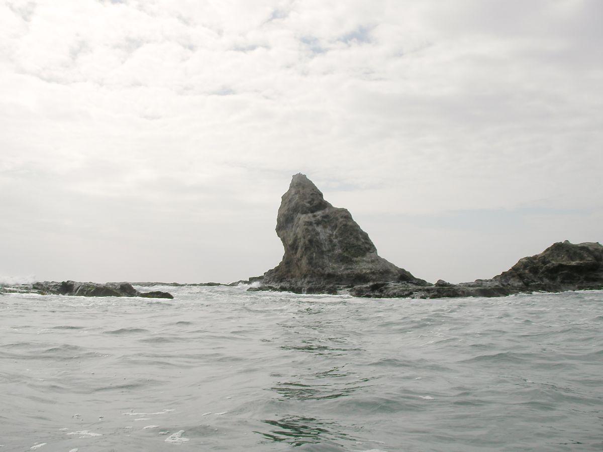 岩礁地帯の内側に入る