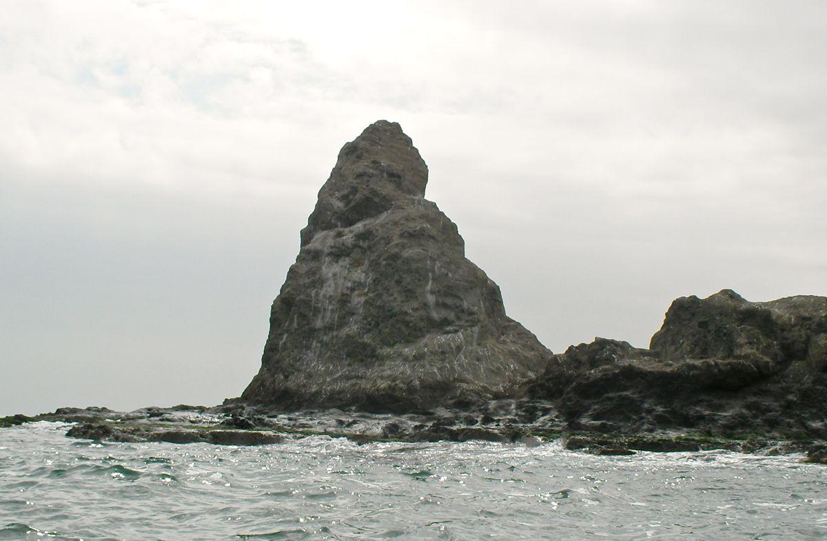 陸側から見る烏帽子岩